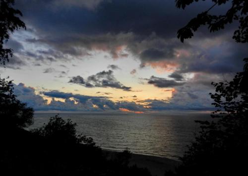 jeszcze się zachód pali, ale już niedługo #morze #zachód #ogień #noc #chmury #ramka