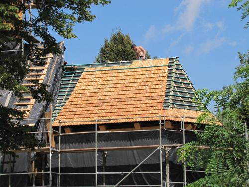 Trwa remont naszego kościółka. W tym roku fachowcy zajmują się dachem, aktualnie przybijają drewniany gont. Jeszcze dwa lata temu baliśmy się, że budowla runie. Tak trudno było zdobyć pieniądze.