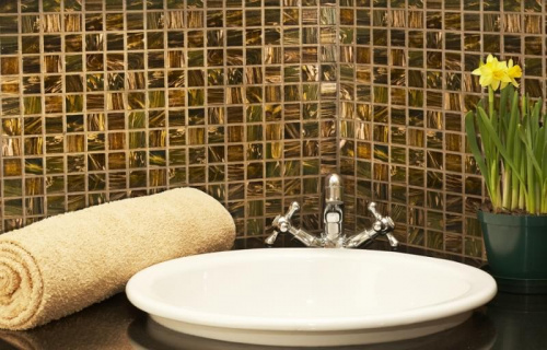 mozaika w lazience nad umywalka