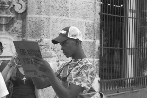 Hawana, zrobione poczciwą Pentiną z bliska, chłopak tak zaczytany, że nawet nie zauważył... #Kuba #Karaiby #podróże #Hawana