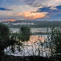 O świcie nad zbiornikiem wodnym - World in blue #jezioro #staw #wschód #świt #Próba